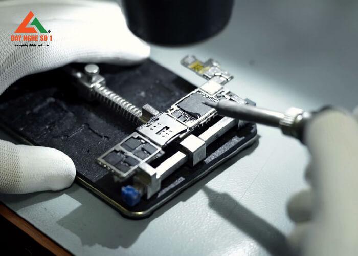 Chương trình học sửa chữa điện thoại tại trung tâm có thời lượng thực hành lên đến 80%