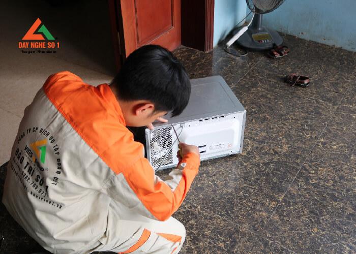 Học viên học nghề sửa chữa điện dân dụng